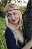 Une jeune femme blonde en parc photos stock