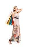 Une jeune femme blonde tenant des paniers Photo stock