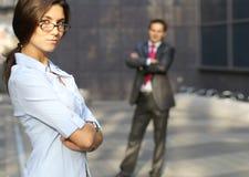 Une jeune femme d'affaires avec son collègue mâle Photo stock