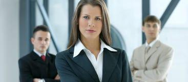 Une jeune femme d'affaires devant ses collègues Photo stock