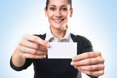 Une jeune femme d'affaires retenant une carte de visite Image libre de droits