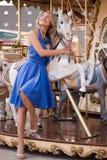 Une jeune femme dans la robe bleue d'été Image libre de droits