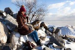 Une jeune femme dans le manteau chaud image stock