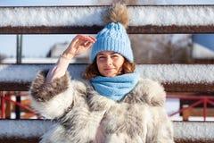 Une jeune femme dans le manteau chaud images libres de droits