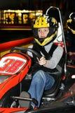 une jeune femme dans un casque dans un kart sur l'indo karting de voie images stock