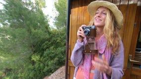 Une jeune femme dans un chapeau de paille appr?ciant le d?placement sur un vieux train banque de vidéos