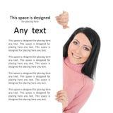 Une jeune femme de brunette retenant une affiche blanc Photos libres de droits