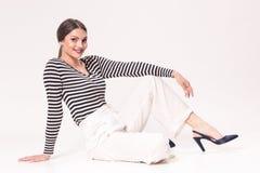Une jeune femme de sourire caucasienne 20s, 20-29 ans, mode de mode Image stock