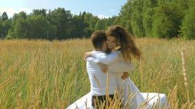 Une jeune femme et un homme dans les costumes blancs se sauvent pour se rencontrer et l'étreinte Un jour ensoleillé, dans un doma clips vidéos