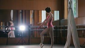 Une jeune femme exécute avec élégance des tours d'acrobaties dans le studio banque de vidéos