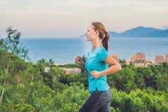 Une jeune femme folâtre est occupée à courir contre la mer images libres de droits