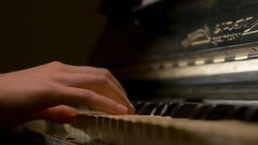 Une jeune femme jouant le plan rapproché de piano Le piano remet le pianiste jouant des détails d'instruments de musique avec le  photographie stock