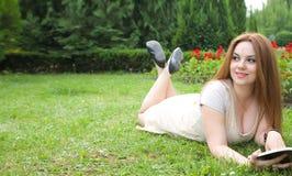 Une jeune femme magnifique et un livre Photographie stock