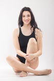 Une jeune femme, maillot de bain se reposant, jambes croisées images libres de droits
