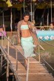 Une jeune femme marche le long de la passerelle Images libres de droits
