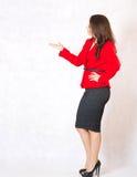 Une jeune femme montre sa solution Image stock