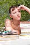 Une jeune femme pensant à son contrat à terme Photos stock