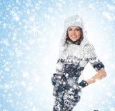 Une jeune femme posant dans des vêtements scandinaves photos libres de droits