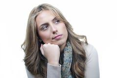 Une jeune femme restant avec les bras pliés Photographie stock libre de droits