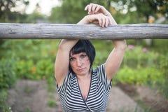 Une jeune femme rurale se tenant dehors Mélancolie Photographie stock