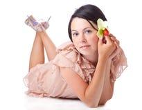 Une jeune femme s'étend sur un étage Images stock