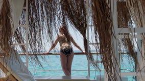 Une jeune femme se repose sur le bord de la mer 4K banque de vidéos