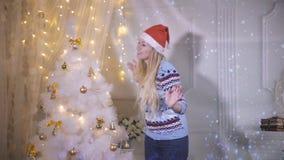 Une jeune femme seul danse près d'un arbre de Noël banque de vidéos