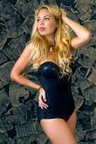 Une jeune femme sexy avec de longs cheveux blonds lâches image stock