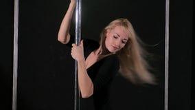 Une jeune femme sexy sexy de danse, une poly danse de danse dans le hall autour du poteau Photographie stock