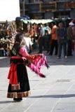 Une jeune femme tibétaine sur le MARCHÉ Lhasa de BARKOR Images libres de droits