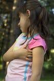 Une jeune fille à l'extérieur Photo stock