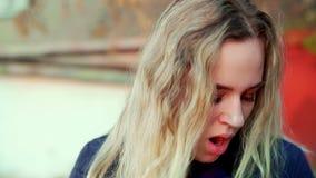 Une jeune fille attirante se tient sur la rue, elle est fatiguée et des bâillements banque de vidéos