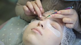 Une jeune fille augmente des cils dans un salon de beauté clips vidéos