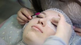 Une jeune fille augmente des cils dans un salon de beauté banque de vidéos