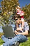Une jeune fille avec son père Image stock