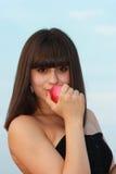 Une jeune fille avec une pomme dans sa main Image stock
