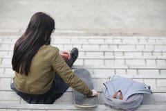 Une jeune fille de hippie monte une planche à roulettes Amies f de filles Photos stock
