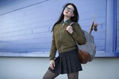 Une jeune fille de hippie monte une planche à roulettes Amies f de filles Image stock