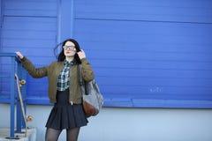 Une jeune fille de hippie monte une planche à roulettes Amies f de filles Photos libres de droits