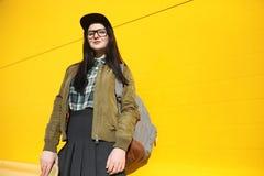 Une jeune fille de hippie monte une planche à roulettes Amies f de filles Images stock