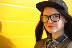 Une jeune fille de hippie monte une planche à roulettes Amies f de filles Photographie stock