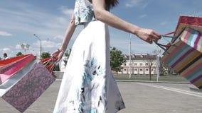 Une jeune fille descend la rue après l'achat banque de vidéos