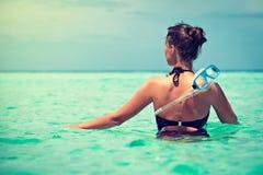 Une jeune fille en mer tropicale Image libre de droits