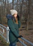 Une jeune fille en parc images stock