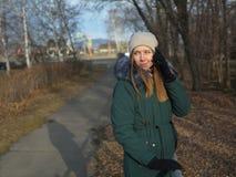 Une jeune fille en parc image stock