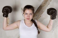 Une jeune fille en tant que boxeur image stock