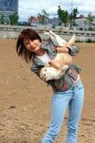 Une jeune fille et un chat. Image libre de droits