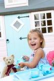 Une jeune fille joue à l'extérieur images stock