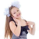 Une jeune fille montre son doigt au côté images stock