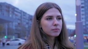 Une jeune fille prend les aliments de préparation rapide de dîner dans la place Jeune femme se tenant dans une rue urbaine et man clips vidéos